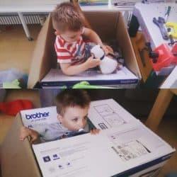 En kasse er et fremragende stykke legetøj!
