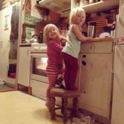 Døtrene hjemme i køkkenet (privatfoto.)