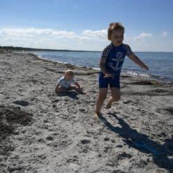 Børneleg på stranden