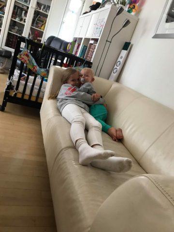 Mit ønske om en lys sofa var bedre i teori end praksis.. heldigvis er den god til kram. Her er det min niece Emily og Titan der hygger