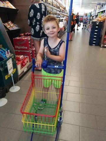 """Dixon på indkøbstur i Aldi. Et af sommerens helt store højdepunkter var åbenbart """"den dre butik med børnevogne"""" .. . ALT er som bekendt relativt - også succes :-)"""