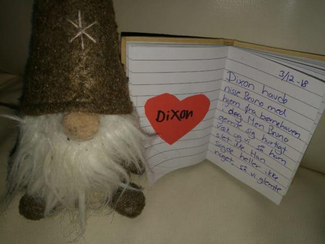 Drillenissen Bruno og bogen fra børnehaven hvor vi forældre skriver hvad nisserne har oplevet med børnene.